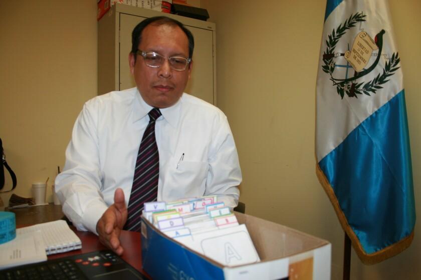 El consul guatemalteco Roberto Archila muestra las 136 tarjetas de DPI que no han sido retiradas desde mediados de diciembre.