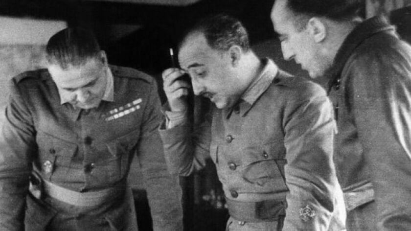 """Francisco Franco (centro) anunció """"estricta neutralidad"""" tras su victoria en la Guerra Civil de España."""