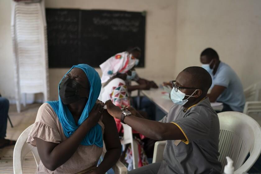 Un enfermero aplica una dosis de la vacuna de Johnson & Johnson contra COVID-19 en Dakar, Senegal, el miércoles 28 de julio de 2021. En medio de una tercera ola de la pandemia de coronavirus, con muchos países en la cúspide, los funcionarios de salud de África se apresuran a vacunar a las poblaciones que antes se mostraban reacias o no podían acceder a las vacunas. (AP Foto/Leo Correa)