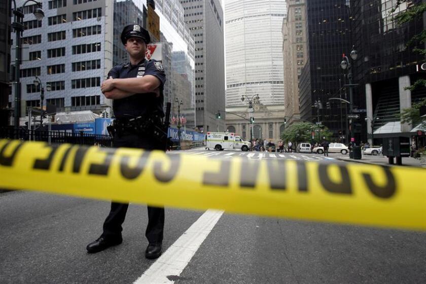 Una persona resultó hoy con heridas leves después de que dos alcantarillas explotaran en el distrito financiero en el bajo Manhattan, en Nueva York. EFE/ARCHIVO