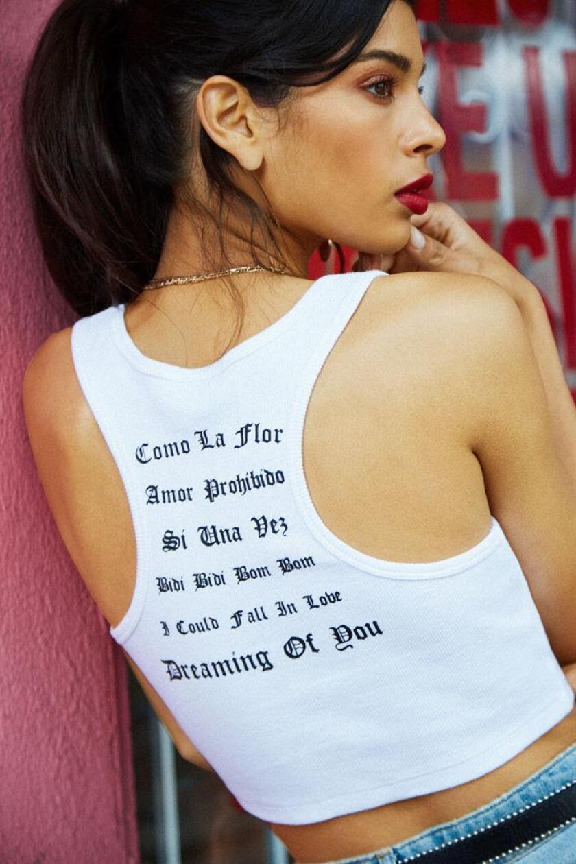 """Fotografía cedida por la marca de ropa estadounidense Forever 21 donde aparece una modelo vistiendo una camiseta con la letra de una de las canciones de la cantante tejana Selena Quintanilla, denominada """"Reina del Tex-Mex"""". EFE/Forever 21/SOLO USO EDITORIAL"""