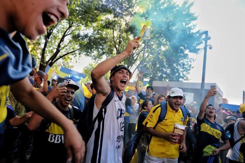 Aficionados de Boca Juniors celebran el Día del Hincha de Boca Juniors hoy, en inmediaciones del estadio La Bombonera de Buenos Aires (Argentina). EFE