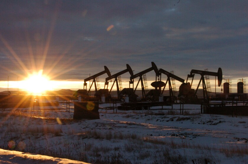 ARCHIVO- Eta imagen muestra bombas de petróleo en el condado McKenzie, en el oeste de Dakota del Norte
