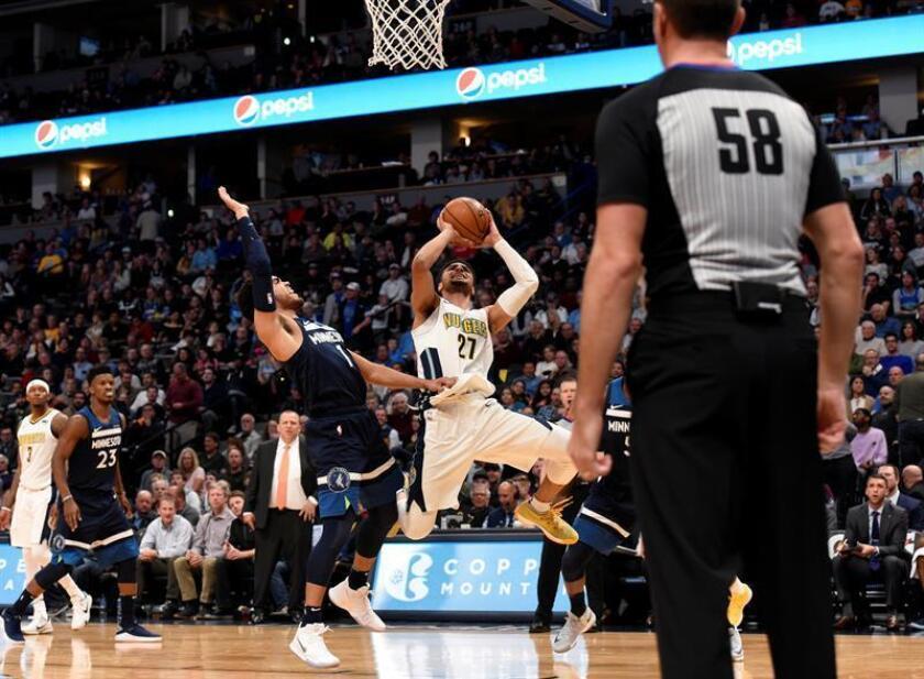 Jamal Murray (d) de Denver Nuggets en acción ante Tyus Jones (i) de Minnesota Timberwolves durante un juego de la NBA entre Denver Nuggets y Minnesota Timberwolves en Pepsi Center en Denver (EE.UU.). EFE