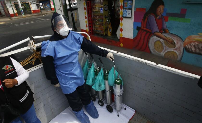 Alexis Hernández viaja en la parte trasera de un camión que transporta tanques de oxígeno