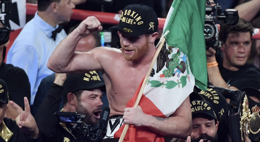 Canelo Álvarez celebra con la bandera de México su triunfo sobre Gennady Golovkin, en Las Vegas.