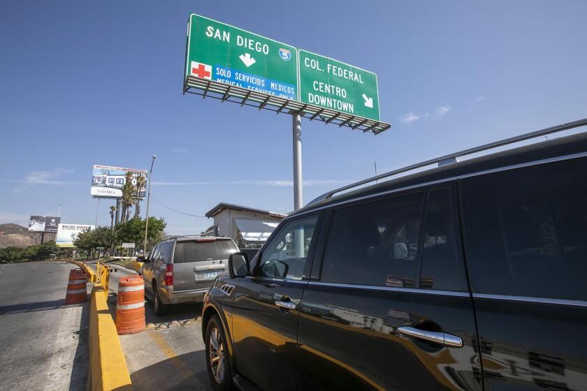 """Los autos esperaban en el """"carril médico"""" de la frontera"""