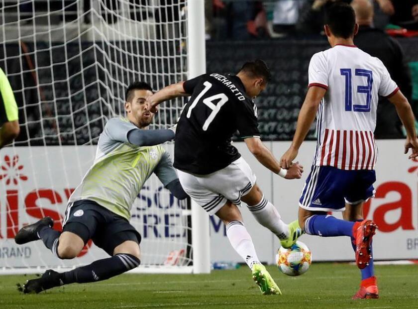 Javier Hernández (2d) de México marca un gol ante el portero de Paraguay Antony Silva (i) este martes, durante el partido amistoso internacional, entre México y Paraguay, en el Levi's Stadium de Santa Clara (EE.UU.). EFE