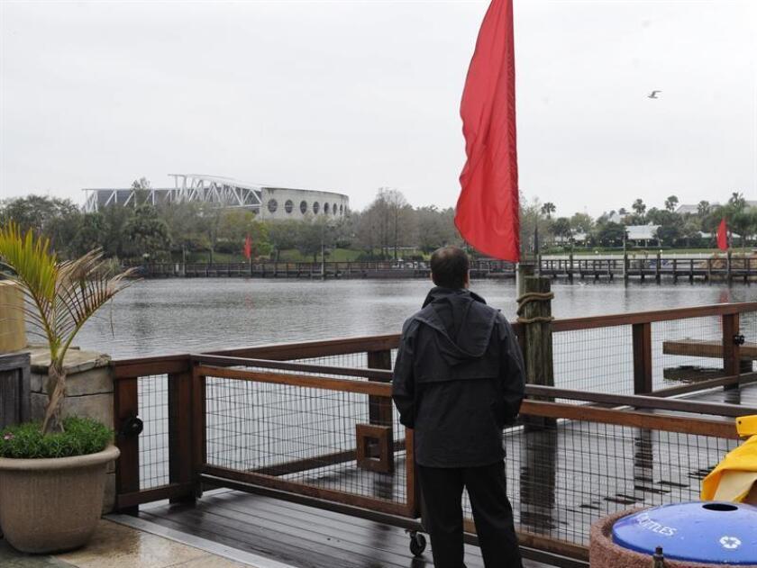 Un empleado del parque temático SeaWorld (Mundo Marino) de Orlando, Florida (EE.UU.) controla el paso en el puente que conduce al estadio Shamu, en SeaWorld. EFE/Archivo