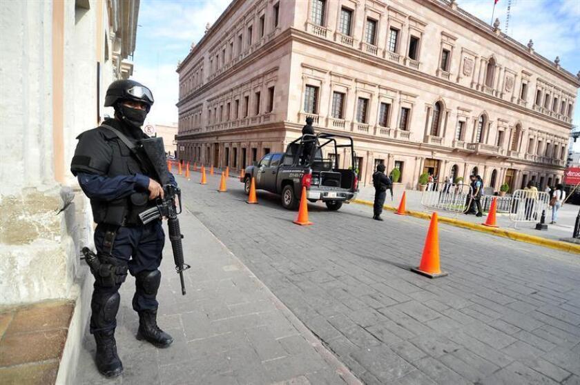 Policías federales resguardan la sede del gobierno del estado mexicano de Coahuila. EFE/Archivo