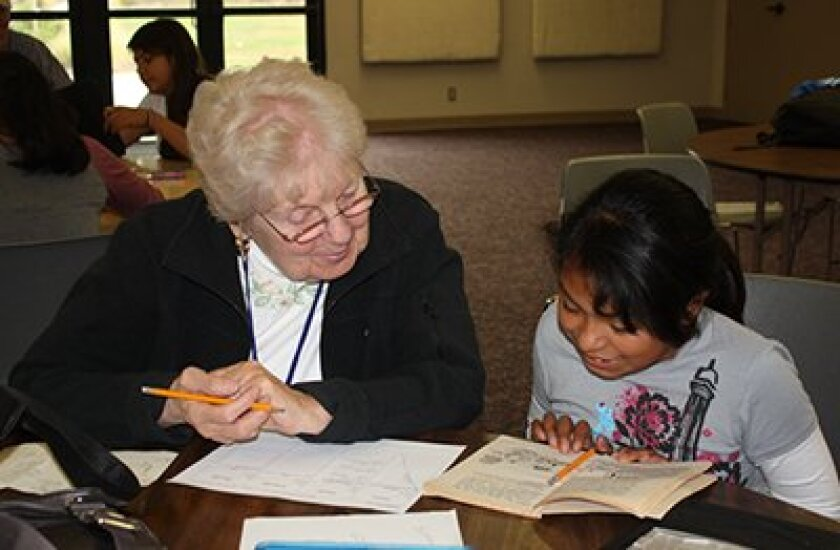 A tutor and student working together at Casa de Amistad