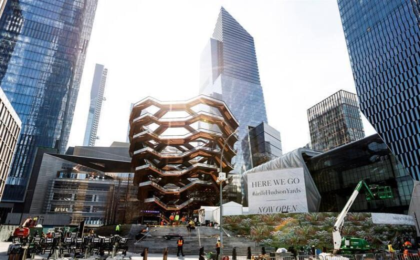 Fotografía que muestra varios edificios pertenecientes al complejo Hudson Yards, calificado como el mayor proyecto inmobiliario privado del país, este jueves en Nueva York (Estados Unidos). EFE