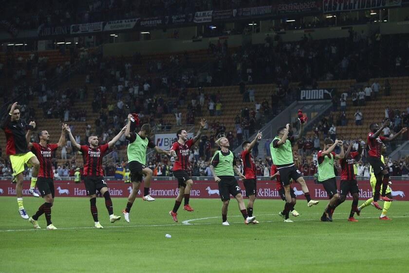 Jugadores del Milan festejan la victoria sobre Lazio en duelo de la Serie A en el estadio San Siro de Milán, Italia.