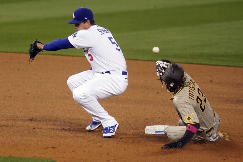 El jugador de los Padres de San Diego Fernando Tatis Jr. (derecha) roba la segunda base