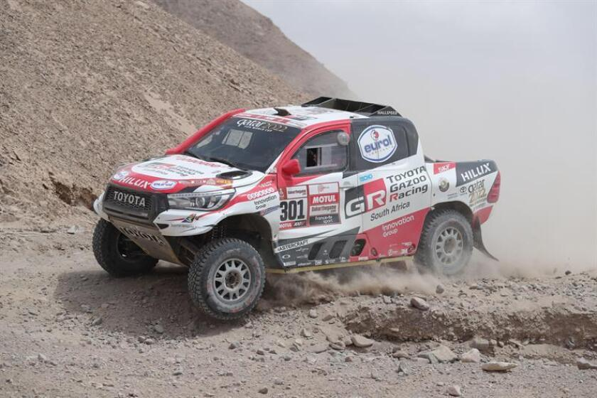 El piloto qatarí Nasser Al-Attiyah conduce su vehículo Toyota hoy, durante la cuarta etapa del Rally Dakar 2019, que se corre entre Arequipa y Tacna (Perú). EFE