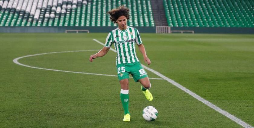 El mediapunta mexicano Diego Lainez entra en la convocatoria para la Copa. EFE