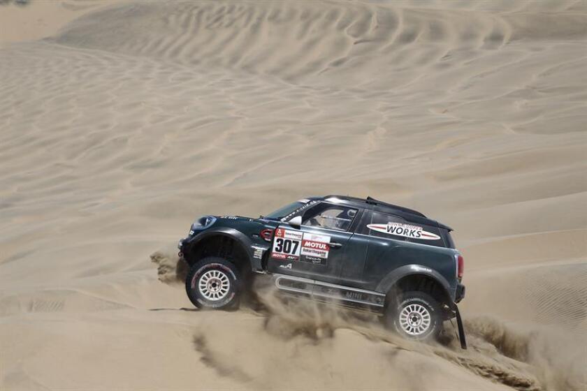 El español Nani Roma compite en su Mini hoy, durante la séptima etapa del Rally Dakar 2019, que es un bucle con punto de inicio y final en la población costera de San Juan de Marcona (Perú). EFE