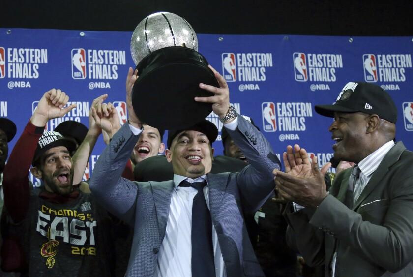 El entrenador de los Cavaliers de Cleveland Tyronn Lue alza el trofeo tras vencer a los Celtics de Boston