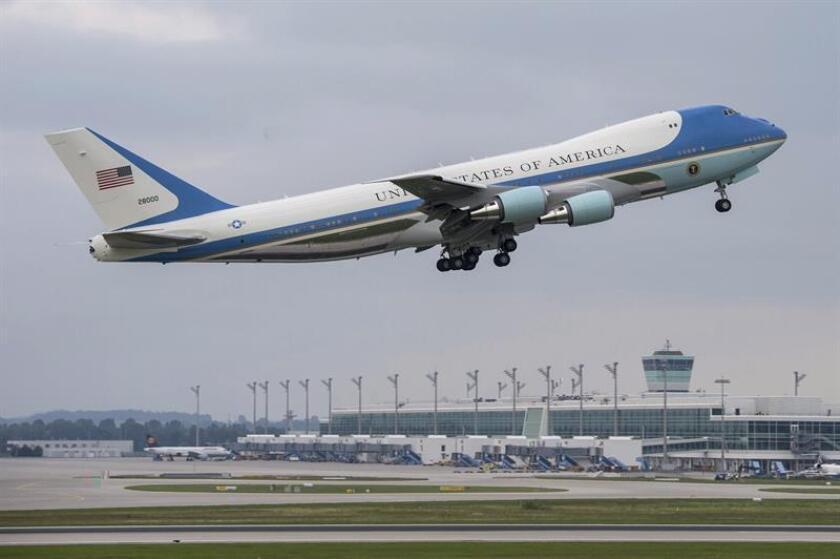 El presidente electo, Donald Trump, desató hoy una nueva polémica al pedir que se cancele un multimillonario contrato con la firma Boeing para fabricar un nuevo modelo del avión presidencial, conocido como Air Force One. EFE