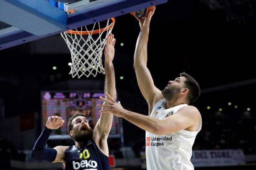 El ala pivot del Real Madrid Felipe Reyes (d) intenta anotar ante el alero italiano del Fenerbahçe Luigi Datome en el partido de Euroliga que se disputa esta noche en el Wizink Center de Madrid. EFE/ Juanjo Martin