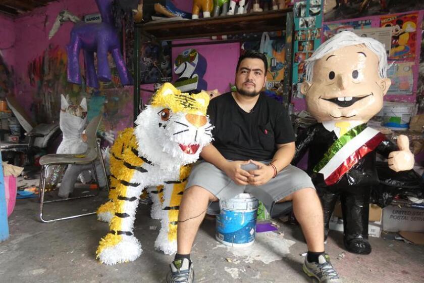 Un artesano posa en su negocio de piñatas, en la ciudad de Reynosa, en el estado de Tamaulipas (México). EFE/Archivo