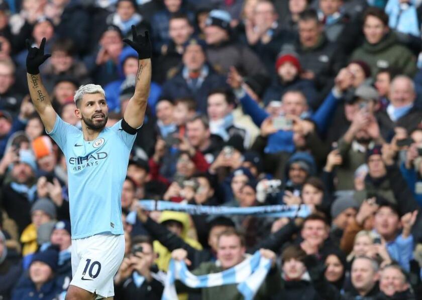El delantero argentino del Manchester City Sergio Agüero celebra uno desus goles en el Etihad Stadium de Manchester. EFE/EPA