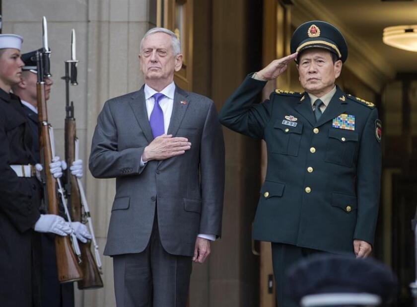 El secretario de Defensa estadounidense, James Mattis (i), recibe a su homólogo chino, Wei Fenghe (d), durante su cencuentro en el Pentágono, Virginia (Estados Unidos). EFE/Archivo