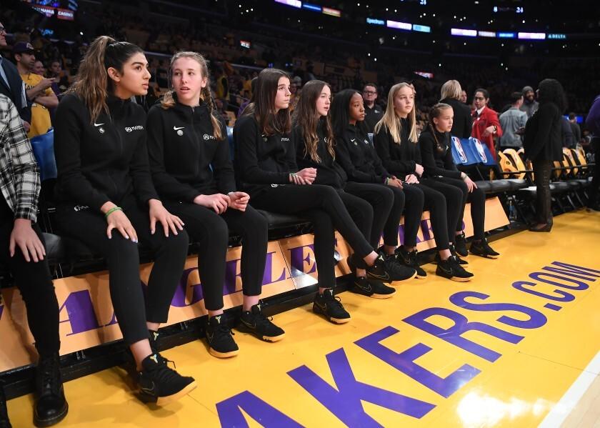 Jugadoras del Equipo Mamba, el equipo que Kobe Bryant entrenaba, durante una ceremonia en el Staples Center en tributo a las víctimas del choque de helicóptero del 26 de enero.