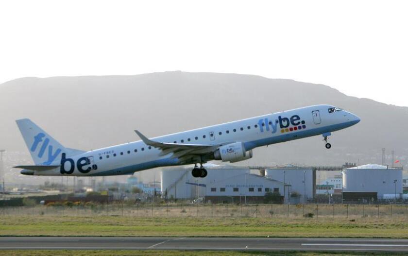 Las acciones de la aerolínea británica Flybe se revalorizaron hoy hasta un 40 % en la Bolsa de Londres, después de que International Airlines Group (IAG) y Virgin Atlantic hayan expresado interés en su compra. EFE/Archivo