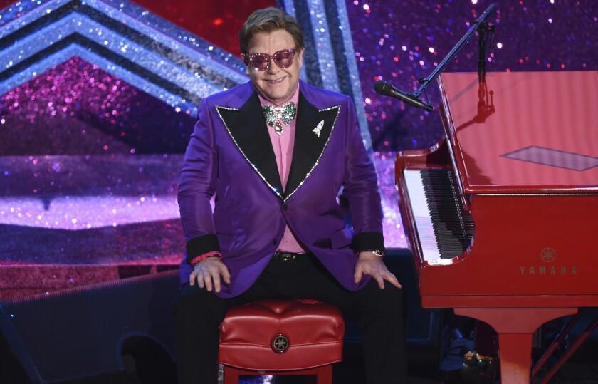 """ARCHIVO - Elton John sonríe tras tocar la canción nominada al Oscar """"(I'm Gonna) Love Me Again"""" de la película """"Rocketman"""" el 9 de febrero de 2020 en la ceremonia de los Premios de la Academia en Los Ángeles. (AP Foto/Chris Pizzello, Archivo)"""
