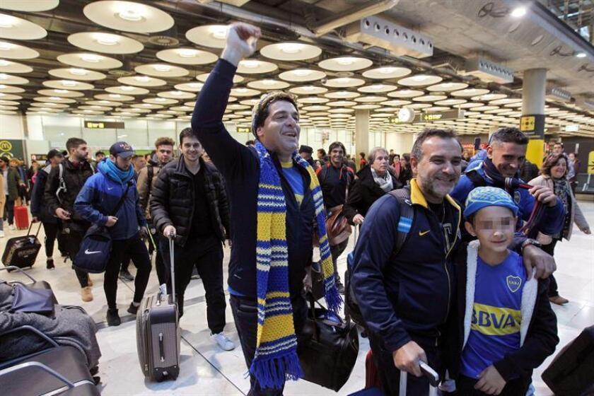La última oleada de aficionados de Boca Juniors, equipo que se enfrenta esta noche River Plate en la final de la Copa Libertadores en el estadio Santiago Bernabéu, a su llegada esta mañana al Aeropuerto Adolfo Suárez Madrid Barajas procedentes de Buenos Aires. EFE