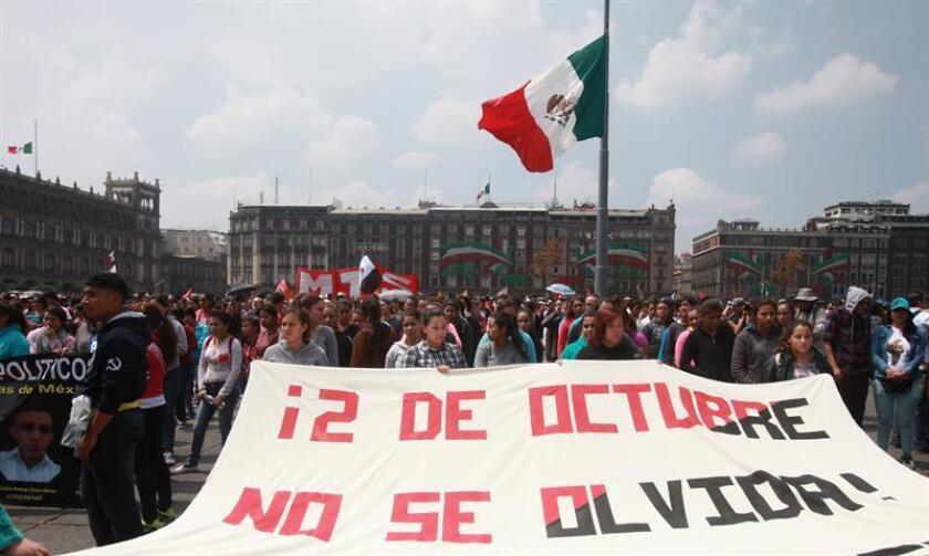 Miles de personas marcharon hoy en la Ciudad de México para conmemorar el 48 aniversario de la matanza estudiantil de 1968, en una manifestación pacífica en la que abundó la crítica al Estado y las peticiones de renuncia del presidente del país, Enrique Peña Nieto, en sus horas más bajas de popularidad.