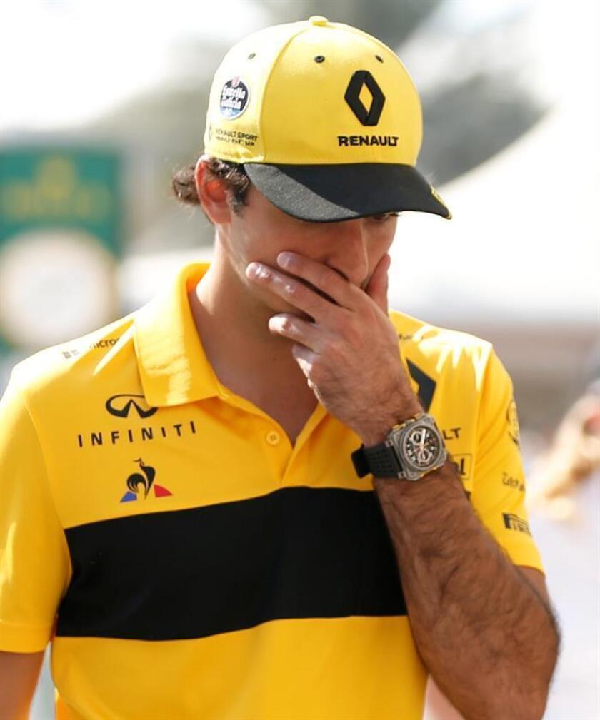 """El piloto español de Fórmula Uno Carlos Sainz, de Renault, camina por el """"paddock"""" del circuito de Yas Marina de Abu Dabi, Emiratos Árabes Unidos, hoy. EFE"""