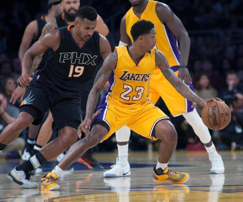 El base de Los Ángeles Lakers Louis Williams (d) defendido por el base brasileño de los Suns Leandro Barbosa (i). EFE/Archivo
