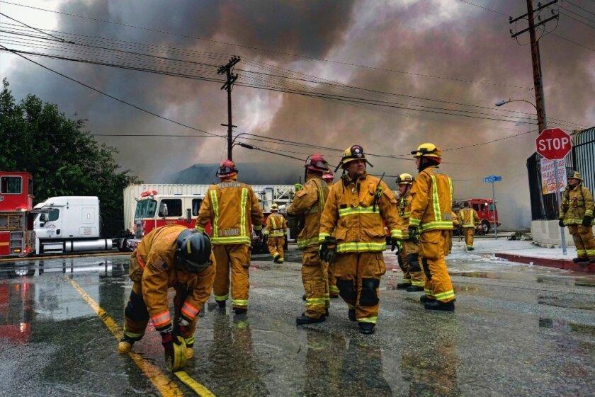 Hasta el momento no hay heridos y el fuego no se ha propagado a otros negocios u hogares.