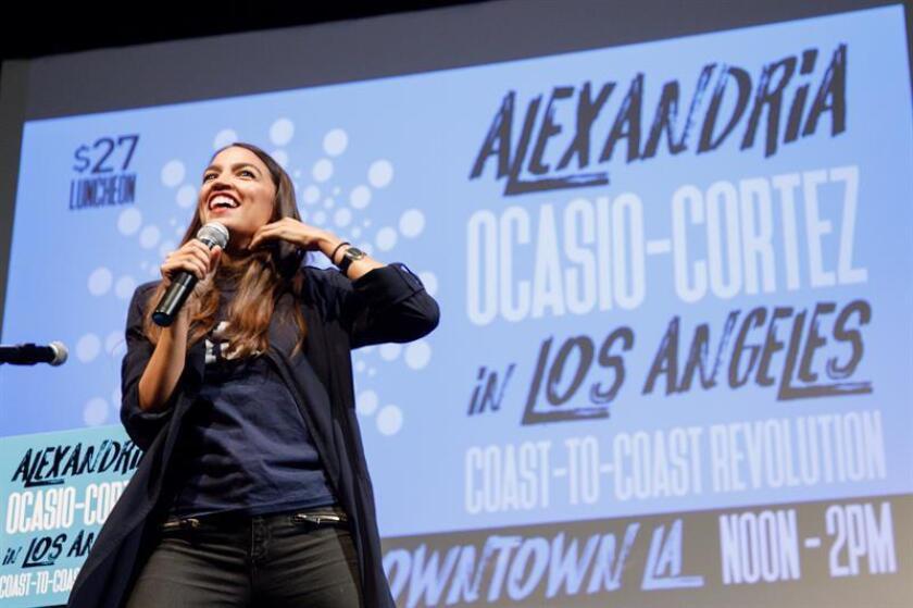 La candidata a congresista demócrata Alexandria Ocasio-Cortez, de Nueva York, habla a sus partidarios durante un acto electoral para recaudar fondos. EFE/Archivo