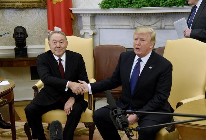 El presidente estadounidense, Donald J. Trump (d), y su homólogo de Kazajistán, Nursultán Nazarbáyev (i), se reúnen en el Despacho Oval de la Casa Blanca, Washington D.C (Estados Unidos) hoy, 16 de enero de 2018. Los dos mandatarios discutieron asuntos bilaterales en materia de economía y seguridad.EFE/ **POOL**