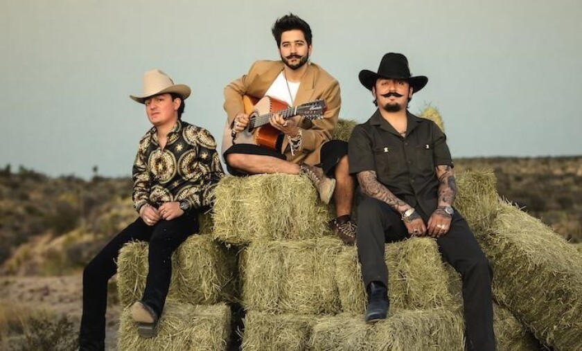 Camilo (al medio) rodeado de Los Dos Carnales, en una imagen promocional.