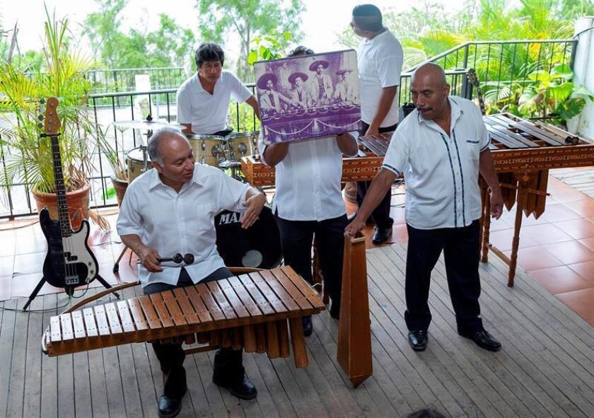 Integrantes de la familia Nandayapa tocan la marimba este 16 de marzo de 2019, en el municipio de Chapa de Corzo, estado de Chiapas (México). EFE