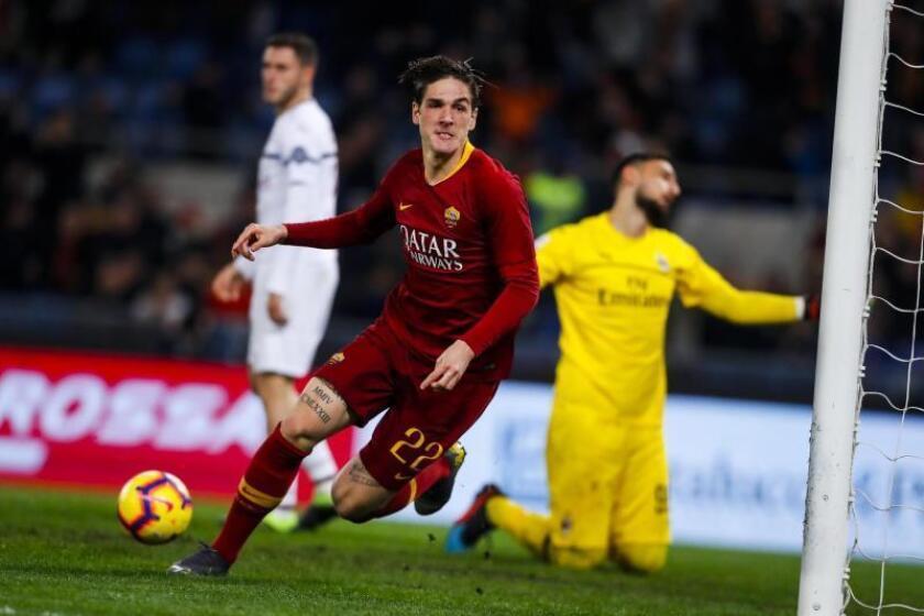 El jugador del Roma Nicolo Zaniolo celebra el epate ante el AC Milan. EFE/EPA