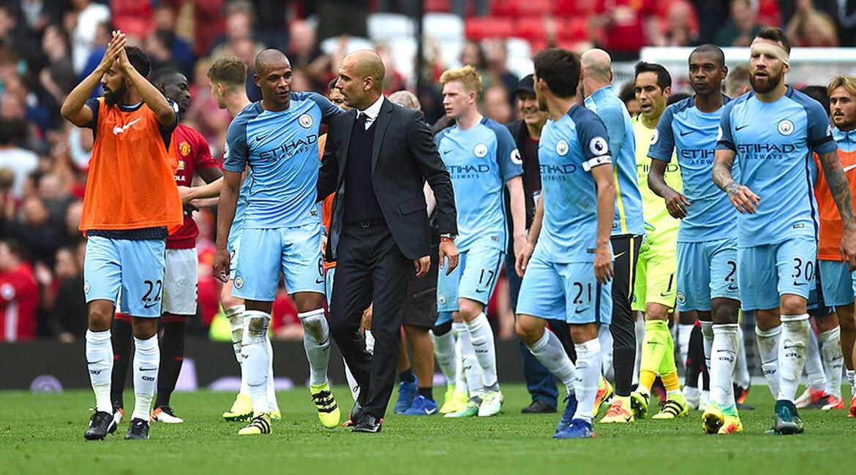 Pep Guardiola (c) celebra con sus jugadores tras el triunfo del Manchester City 2-1 al Manchester United de Mourinho, en choque tempranero entre dos favoritos al título de la Liga Premier.