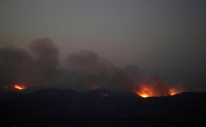 Los dos gigantescos incendios que queman desde el jueves en California y que ya se han cobrado la vida de por lo menos 50 personas siguen creciendo este martes, a la par que los equipos de emergencias mantienen la búsqueda de las personas que siguen desaparecidas. EFE/ARCHIVO