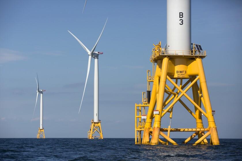 ARCHIVO - En esta fotografía de archivo del 15 de agosto de 2016, tres de las cinco turbinas de Deepwater Wind yacen en el agua frente a Block Island, Rhode Island, la primera granja eólica del país en el mar. (AP Foto/Michael Dwyer, archivo)