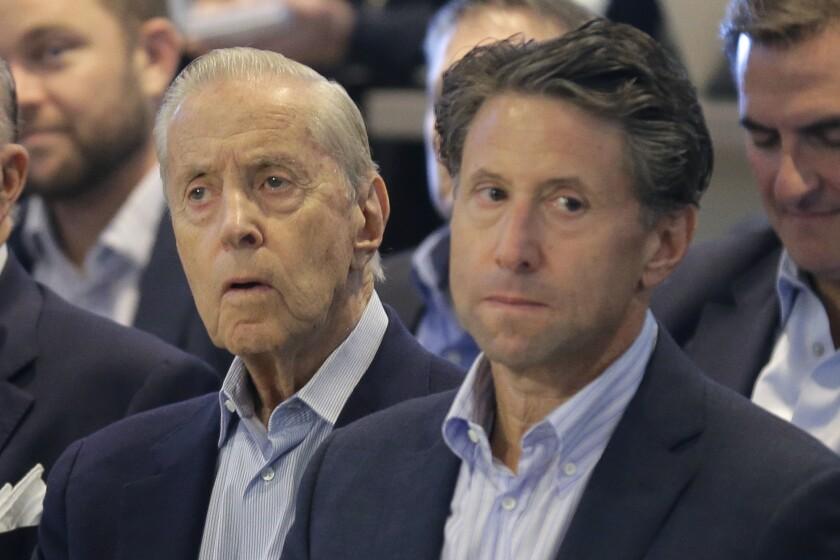 ARCHIVO - De izquierda a derecha, Fred y Jeff Wilpon