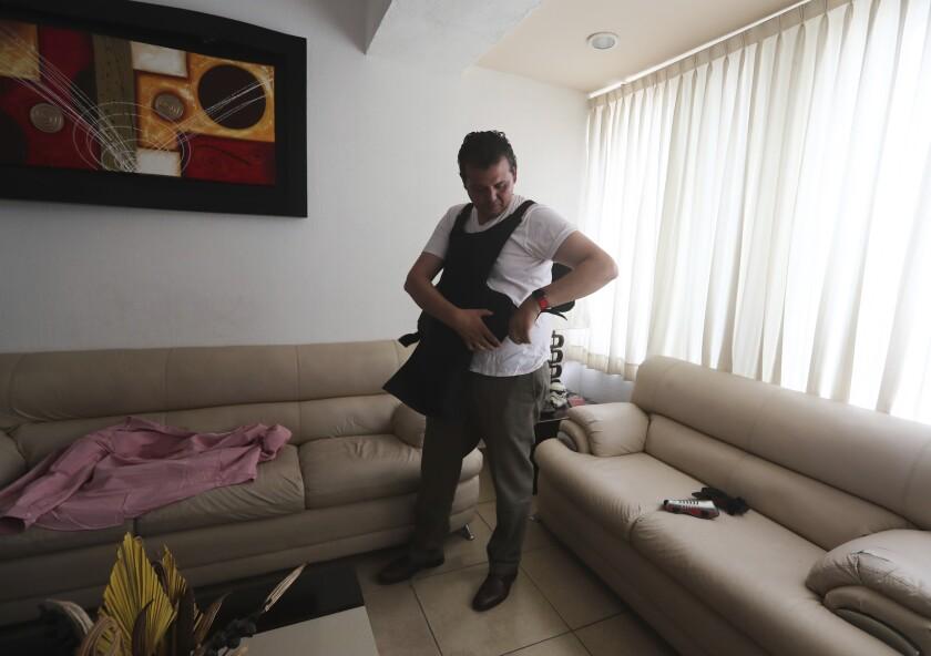 مردی جلیقه ضد گلوله می پوشد