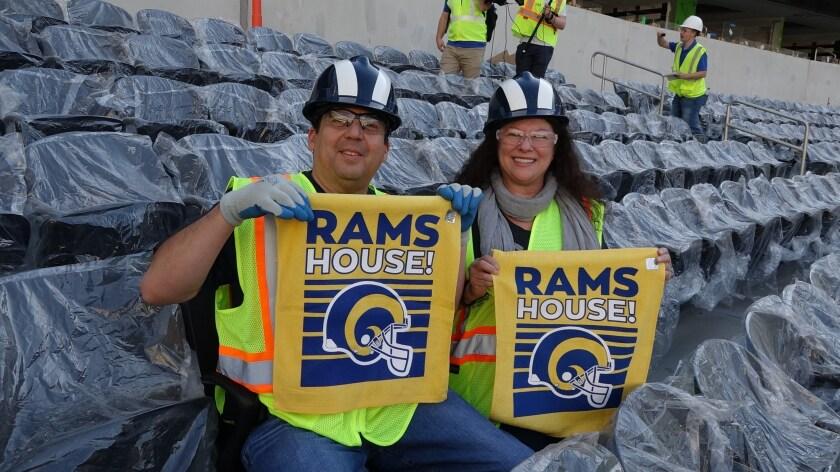 Aficionados de Rams y Chargers visitan el nuevo estadio en Inglewood.