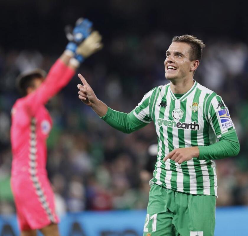 El centrocampista argentino del Real Betis Giovani Lo Celso celebra su gol, cuarto del equipo ante el Racing, durante el partido de vuelta de dieciseisavos de final de la Copa del Rey que se disputó en el Benito Villamarín, en Sevilla. EFE