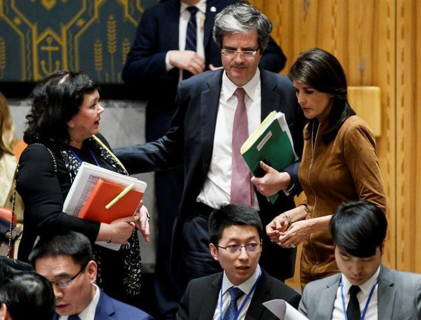 La representante permanente del Reino Unido ante las ONU, Karen Pierce (i); el representante permanente de Francia ante la ONU, Francois Delattre (c), y la representante permanente de los Estados Unidos ante la ONU, Nikki Haley (d), hablan durante una reunión de emergencia del Consejo de Seguridad de las Naciones Unidas. EFE