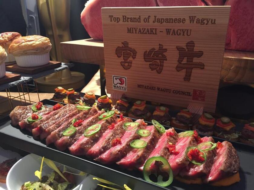 Vista de una bandeja con ternera Wagyu, de la prefectura de Miyazaki, al sur de Japón, que hace parte del menú del Governor's Ball hoy, jueves 1 de marzo de 2018, durante un acto de presentación en la alfombra roja de los Óscar en Hollywood, California (Estados Unidos). EFE