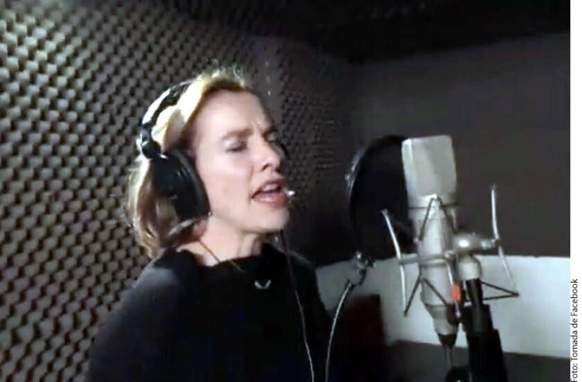 Presentan a esposa de AMLO como cantante